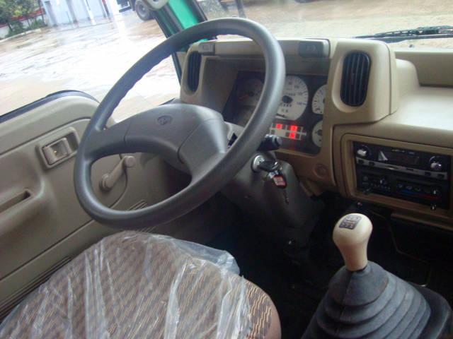 东风劲卡挖机运输车驾驶室内部