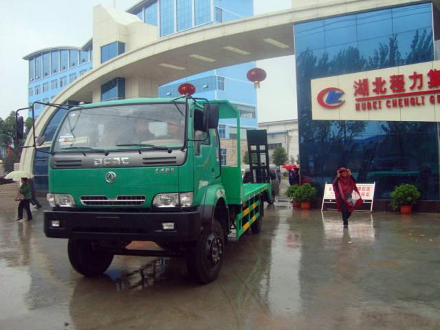 出厂前的东风劲卡挖机运输车