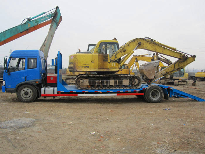 解放超低平板运输车拖挖掘机图