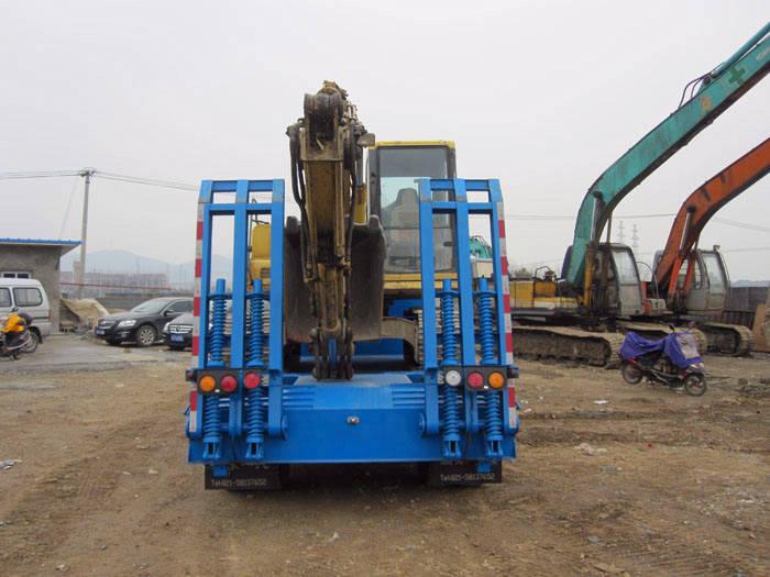 解放超低平板运输车运输挖掘机背部图