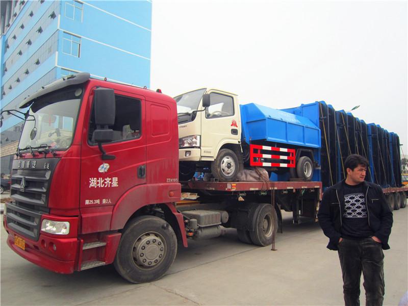 <b>客户在我厂定购的东风福瑞卡拉臂式垃圾车准备发车</b>
