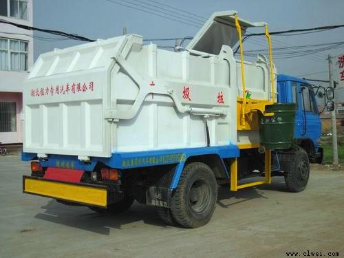 垃圾车倾倒垃圾