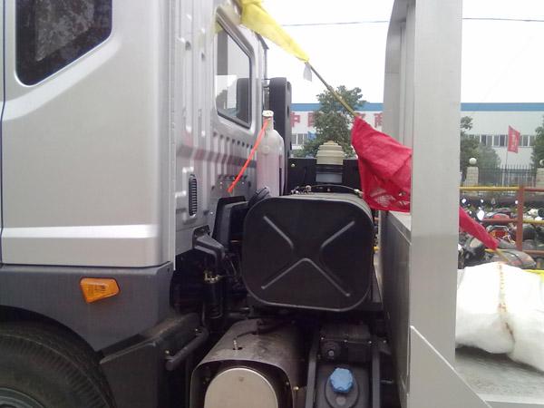 东风超低平板运输车油箱设计在了驾驶室和平板之间