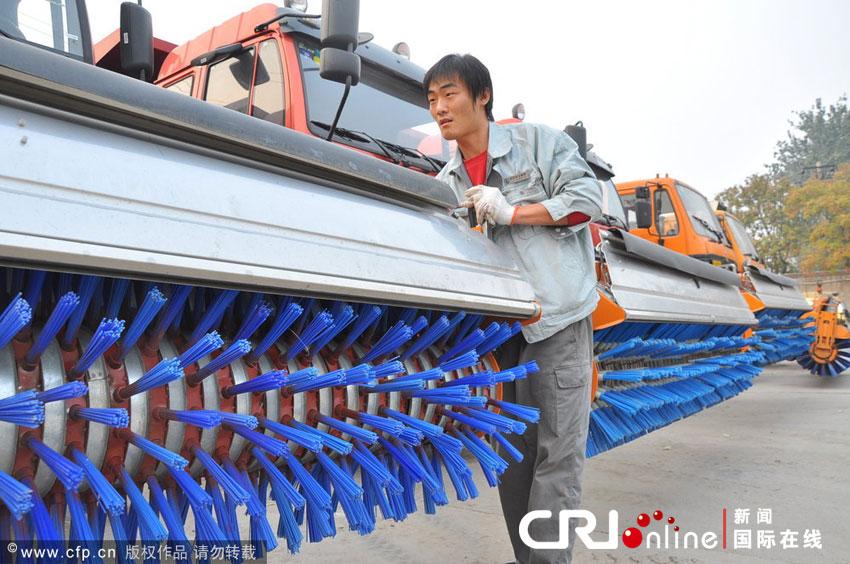 2012年11月3日上午,北京,工作人员正在对多功能除雪车进行检修调试。