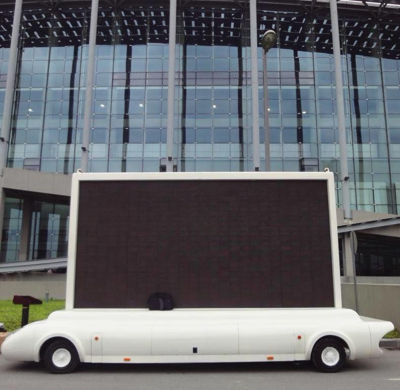 会议现场外的牵引式LED广告车图片