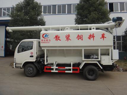 该款散装饲料运输车罐体标准分两个仓,卸料杆厂6.36米,最大举升角度60度