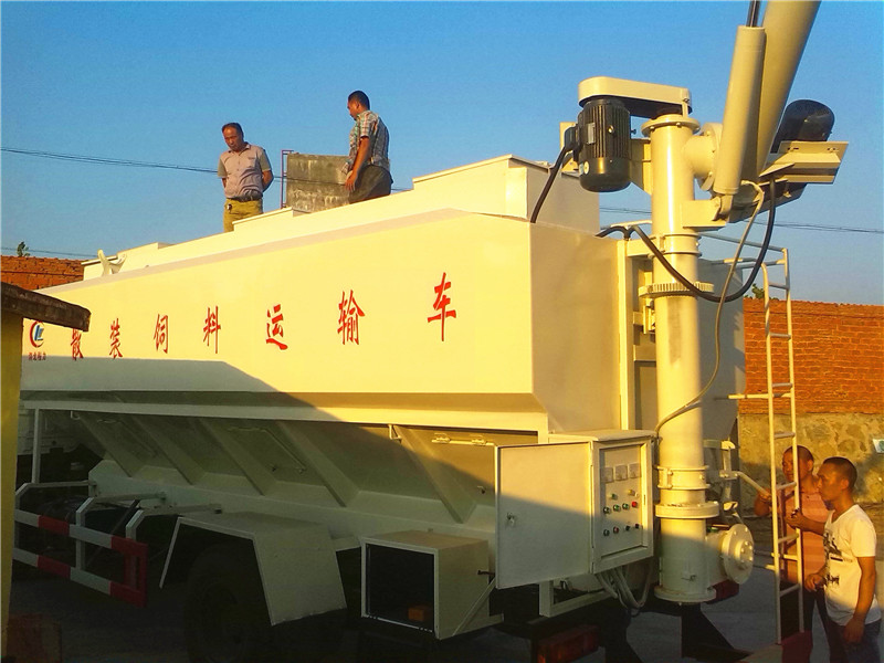 河南某养殖厂在我公司订够的饲料提升机 及 20方天锦饲料运输车
