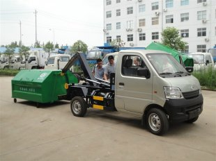 小区物业首选垃圾清运车——达到国四排放标准的长安勾臂式垃圾车