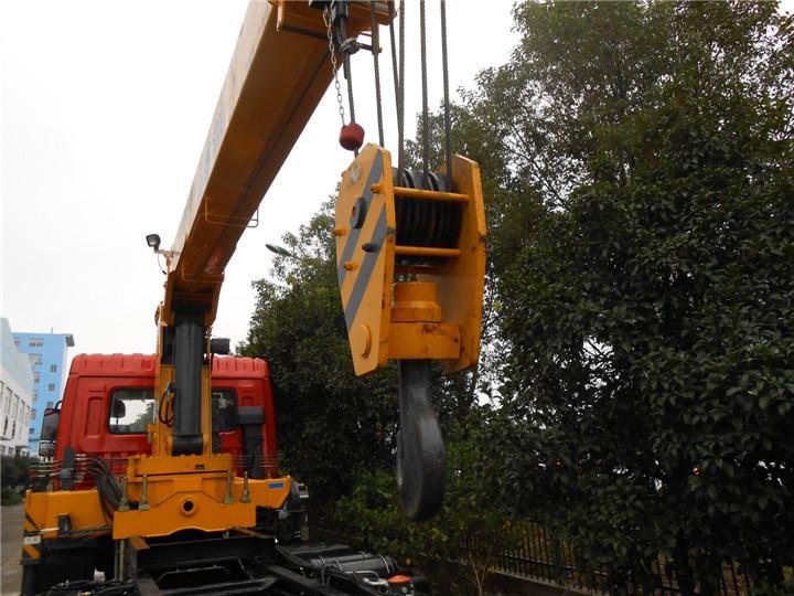 东风特商后八轮徐工12吨随车吊