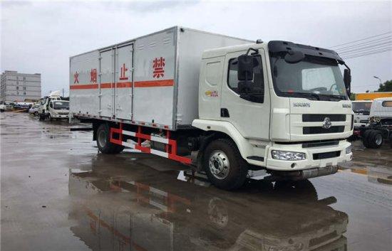 东风柳汽乘龙6.6米易燃液体厢式运输车