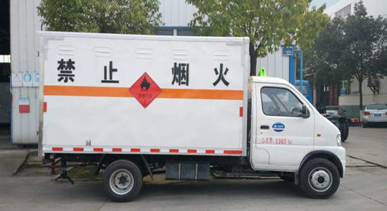 东风3.3米易燃气体厢式运输车
