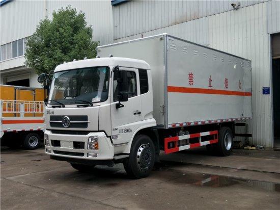 东风天锦易燃液体厢式运输车(6.6米)