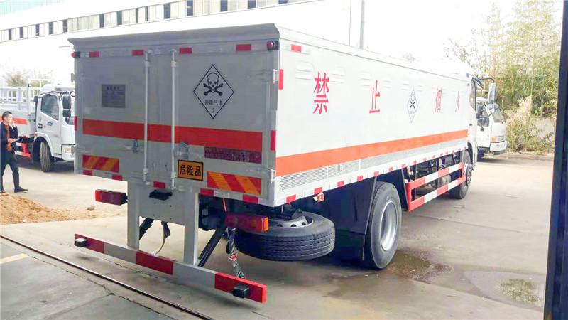 东风天锦毒性气体厢式运输车尾部图