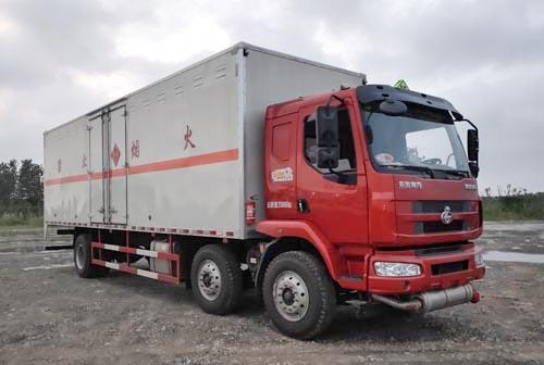 柳汽乘龙小三轴9.6米杂项危险物品厢式运输车