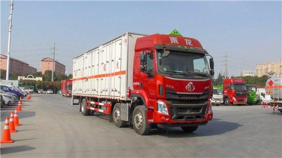 柳汽乘龙9.6米腐蚀性物品厢式运输车,腐蚀性物品厢式运输车